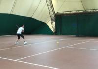 Maria Esther che gioca a tennis